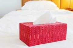 Caja de papel seda roja en cama espaciosa Imágenes de archivo libres de regalías