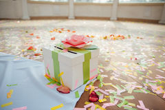 Caja de presentación en ceremonia de boda con confeti de las cintas Foto de archivo