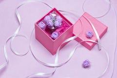 Caja de regalo abierta con perfume Fragancia como presente para la mujer fotos de archivo