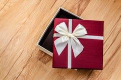 Caja de regalo abierta en la madera, sorpresa Imagen de archivo libre de regalías