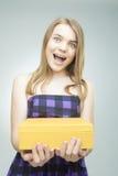 Caja de regalo adolescente feliz joven del amarillo de la tenencia Foto de archivo