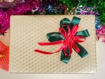 Caja de regalo adornada con el árbol de navidad imagenes de archivo
