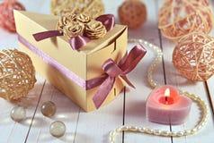 Caja de regalo adornada con la vela y las baratijas románticas Imagen de archivo