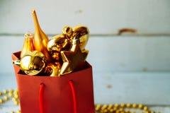 Caja de regalo adornada debajo del árbol de navidad Fotos de archivo