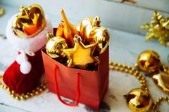 Caja de regalo adornada debajo del árbol de navidad Imagen de archivo libre de regalías