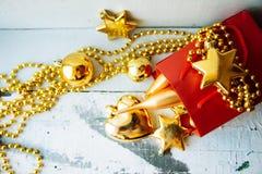 Caja de regalo adornada debajo del árbol de navidad Foto de archivo libre de regalías