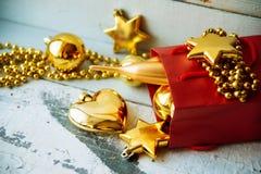 Caja de regalo adornada debajo del árbol de navidad Imagen de archivo