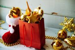 Caja de regalo adornada debajo del árbol de navidad Fotografía de archivo