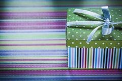 Caja de regalo adornada en concepto rayado de los días de fiesta de la tela Fotos de archivo libres de regalías