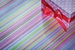 Caja de regalo adornada en concepto rayado de los días de fiesta del mantel Imagenes de archivo