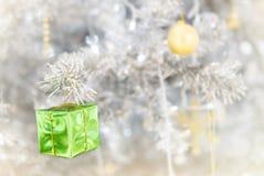 Caja de regalo adornada en el árbol de navidad fotografía de archivo libre de regalías