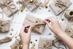 Caja de regalo de adornamiento femenina de los regalos de Navidad colección en vintage Fotografía de archivo