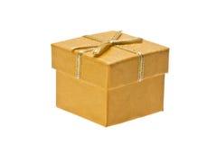 Caja de regalo amarilla con la cinta en un fondo blanco Foto de archivo libre de regalías