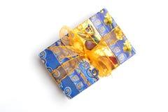 Caja de regalo azul con el arco de oro en un fondo blanco para el aislamiento Fotos de archivo