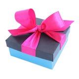 Caja de regalo azul con el arco rosado de la cinta de satén Fotos de archivo