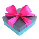 Caja de regalo azul con el arco rosado de la cinta de satén Fotografía de archivo libre de regalías