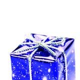 Caja de regalo azul con la cinta, el arco de plata y los copos de nieve aislados Imagen de archivo