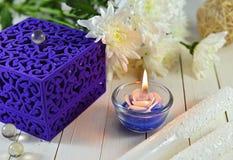Caja de regalo azul con la vela azul Imagen de archivo