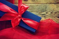 Caja de regalo azul del día de tarjetas del día de San Valentín Imágenes de archivo libres de regalías