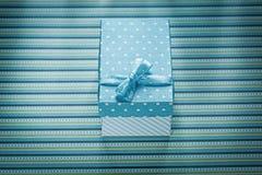 Caja de regalo azul en concepto rayado de las celebraciones del mantel Imagen de archivo
