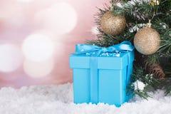 Caja de regalo azul en nieve Imágenes de archivo libres de regalías