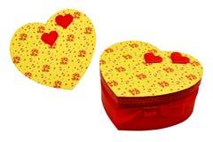 Caja de regalo bajo la forma de corazón con el arco del escarlata y los corazones rojos V Fotografía de archivo