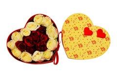 Caja de regalo bajo la forma de corazón con el li del arco del escarlata, blanco y rojo Imagenes de archivo