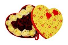 Caja de regalo bajo la forma de corazón con el li del arco del escarlata, blanco y rojo Fotos de archivo