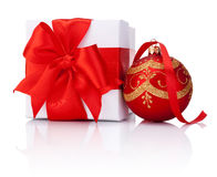 Caja de regalo blanca atada con la cinta roja y bola de la Navidad aislada Foto de archivo