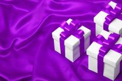 Caja de regalo blanca con el arco púrpura de la cinta Fotografía de archivo libre de regalías