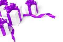 Caja de regalo blanca con el arco púrpura de la cinta Imagenes de archivo