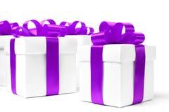 Caja de regalo blanca con el arco púrpura de la cinta Imágenes de archivo libres de regalías