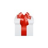 Caja de regalo blanca con el arco rojo de la cinta, aislado encendido Imagen de archivo libre de regalías