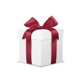 Caja de regalo blanca con el arco rojo de la cinta, en blanco Fotos de archivo libres de regalías