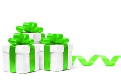 Caja de regalo blanca con el arco verde de la cinta Foto de archivo libre de regalías