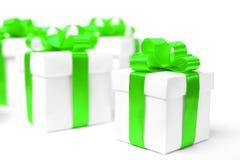 Caja de regalo blanca con el arco verde de la cinta Fotografía de archivo libre de regalías