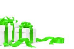 Caja de regalo blanca con el arco verde de la cinta Fotografía de archivo