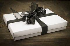 Caja de regalo blanca con la cinta negra y paillettes chispeantes Fotos de archivo libres de regalías