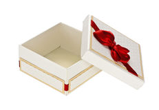 Caja de regalo blanca con la cinta roja en un fondo blanco Imágenes de archivo libres de regalías