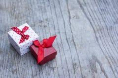 Caja de regalo blanca con los puntos rojos y una caja roja más pequeña Imagen de archivo