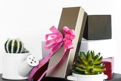 Caja de regalo blanca del oro y roja negra con el arco rosado de la cinta Imagen de archivo