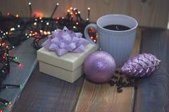 Caja de regalo blanca, taza azul, decoraciones rosadas n del árbol de navidad Imágenes de archivo libres de regalías