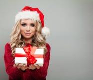 Caja de regalo bonita de Holding White Christmas del modelo de la Navidad Fotos de archivo libres de regalías