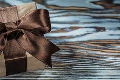 Caja de regalo de Brown con la cinta atada en fondo de madera imagen de archivo libre de regalías