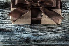 Caja de regalo de Brown en el tablero de madera imagenes de archivo