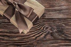 Caja de regalo de Brown en imagen horizontal del tablero de madera del vintage fotografía de archivo