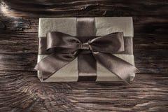 Caja de regalo de Brown en tablero del vintage imagenes de archivo