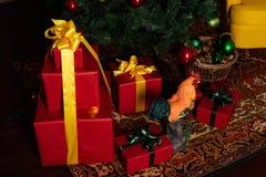 Caja de regalo cerca del árbol de navidad Imagenes de archivo