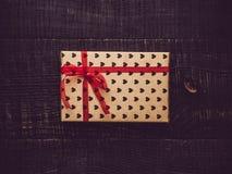 Caja de regalo colorida en un fondo superficial oscuro fotografía de archivo libre de regalías