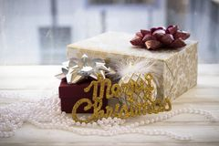 Caja de regalo colorida envuelta en la decoración del papel y de la Navidad Imágenes de archivo libres de regalías